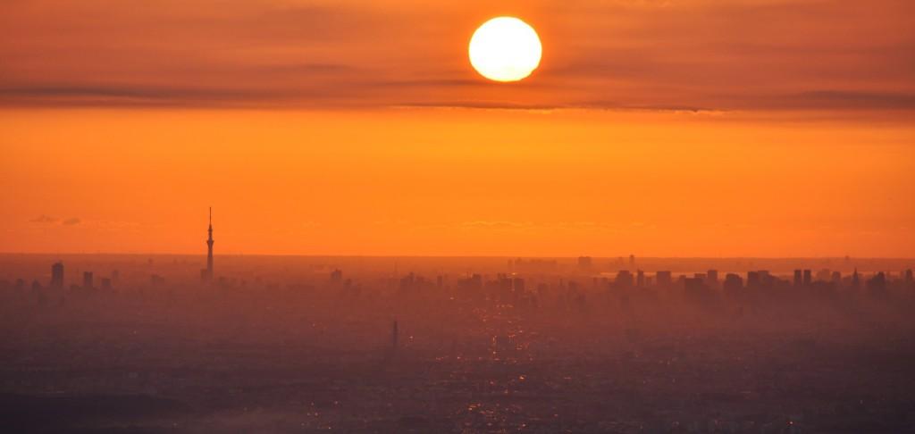 陽が昇るに従い、新宿副都心のビル群と、その先の東京湾が光り始めます。この写真も11月時点です。