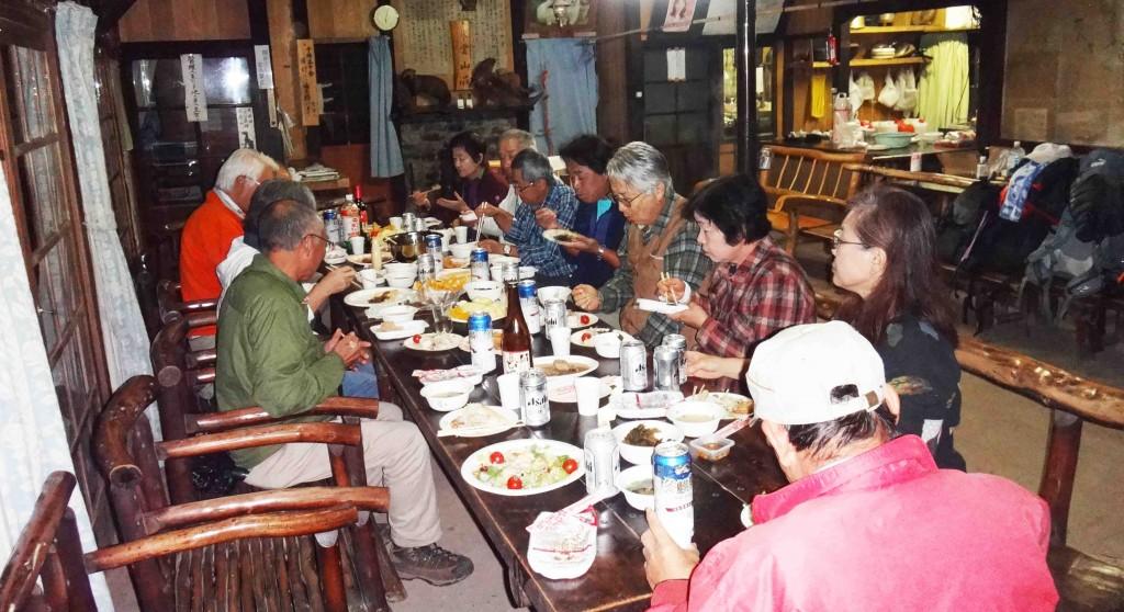 東雲山荘では、皇太子殿下が昼食に使われたイスとテーブルで、豪華ディナー?。