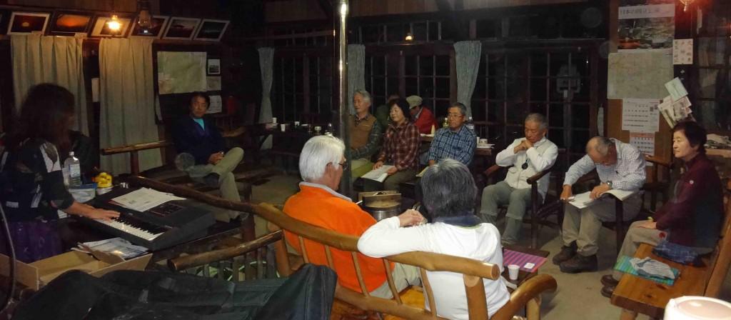 食後は薪ストーブを囲み、ピアノの伴奏でお月見歌声パーティーです。