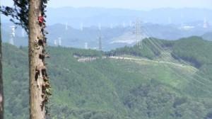 つるつる温泉上の梅ノ木峠と、東京電力秩父線の送電線鉄塔群