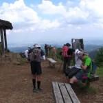 本日の目的地、日の出山に13時30分到着。遠方はややかすんでいましたが、大勢の登山者でにぎわっていました