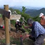 山頂から下方の標高750mまでの各登山コースに杭を設置