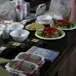 採れたてのミョウカを使ったサラダやみそ汁など、手分けして完