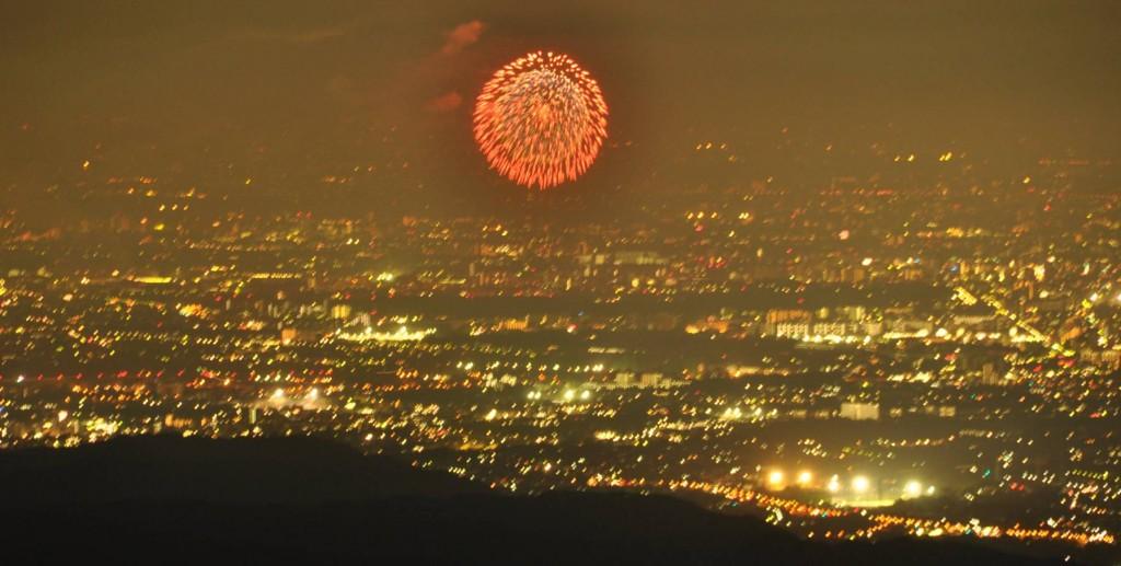 杉並区あたりから先は霞がかかり、隅田川の花火は見えず、先ずは昭和記念公園の花火が夜空を飾りました。