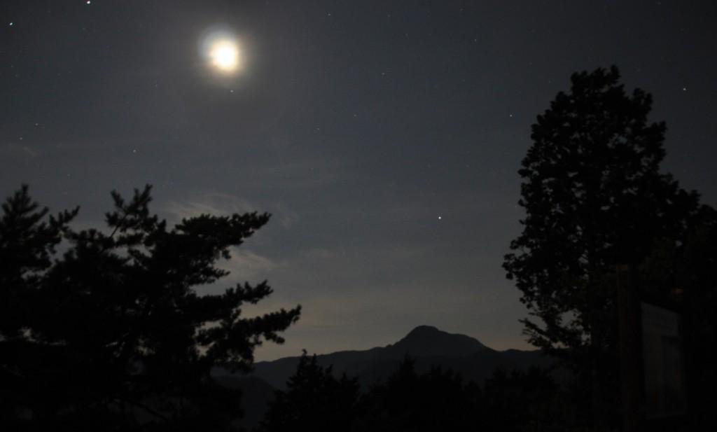 人影のない山頂は月に照らされ、大岳山と馬頭刈尾根のスカイラインの上には星も瞬いていました。夜景とヤマユリの香りに包まれて、このまま一夜を過ごしたいとの思いを残し、月明かりの中を下山しました。