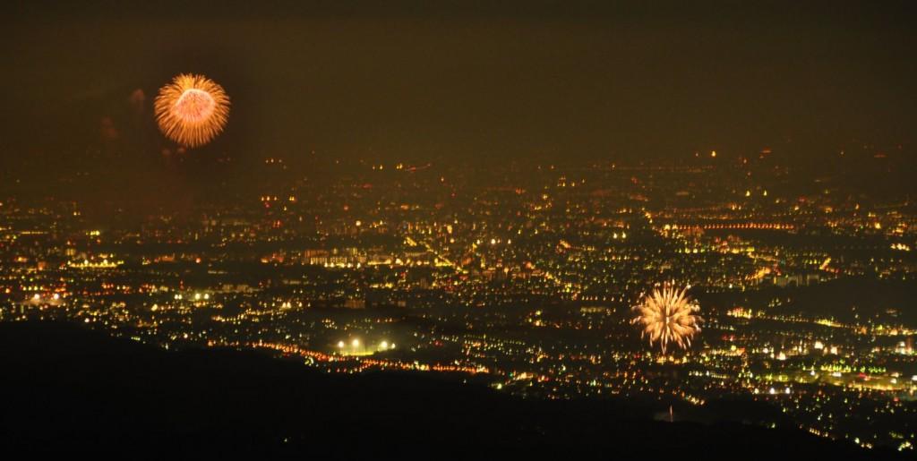 遅れて日の出夏祭りの花火(右)も上がり始め、昭和記念公園の花火(左)との共演が始まりました。