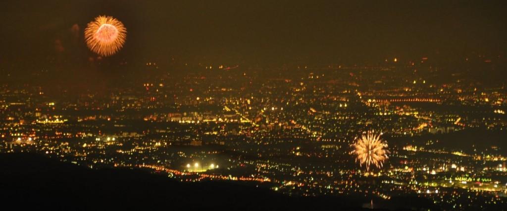 午後8時過ぎ。遅れて日の出夏祭りの花火(右)も上がり始め、昭和記念公園の花火(左)との共演が始まりました。