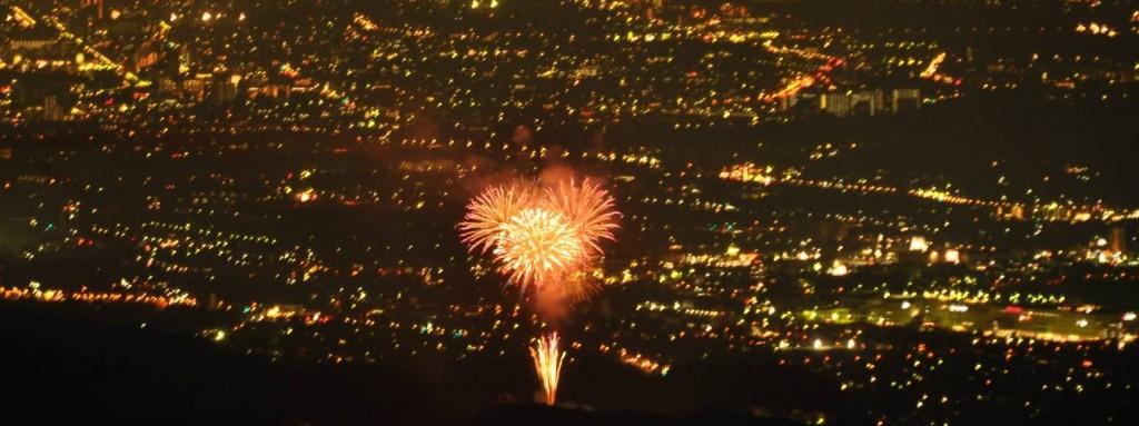 日の出の花火は平井ッぱらの光をバックにして上がり、昭和記念公園の花火は夜空をバックに上がります。