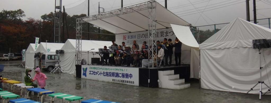 ステージは会いに真の雨でベンチも濡れ、ちょっと寂しい状況。