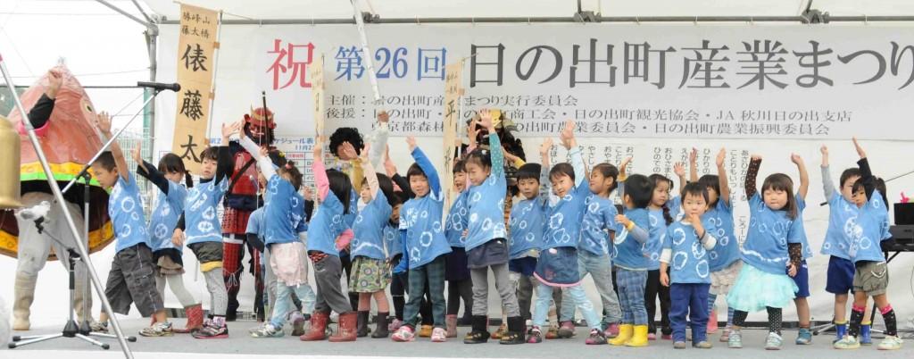 ステージでは、日の出町の自然を生かして、森の中で自然保育を進める、大久野幼児園「森の教室」の園児たちとタケちゃんのダンス。着ているTシャツは自分たちで染めた藍染めの絞り。
