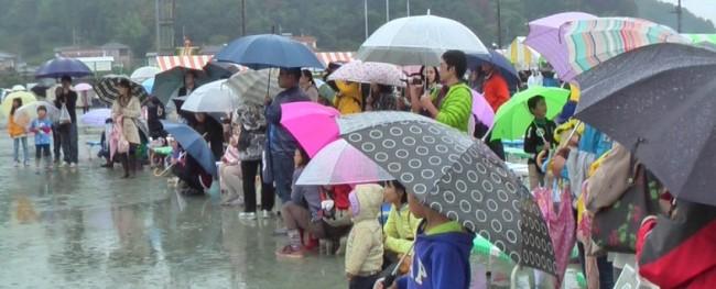 武将たちの彩りと、雨の中を元気に踊る園児たちに、観客も集まり声援を送り、会場もにぎやかなひと時となりました。