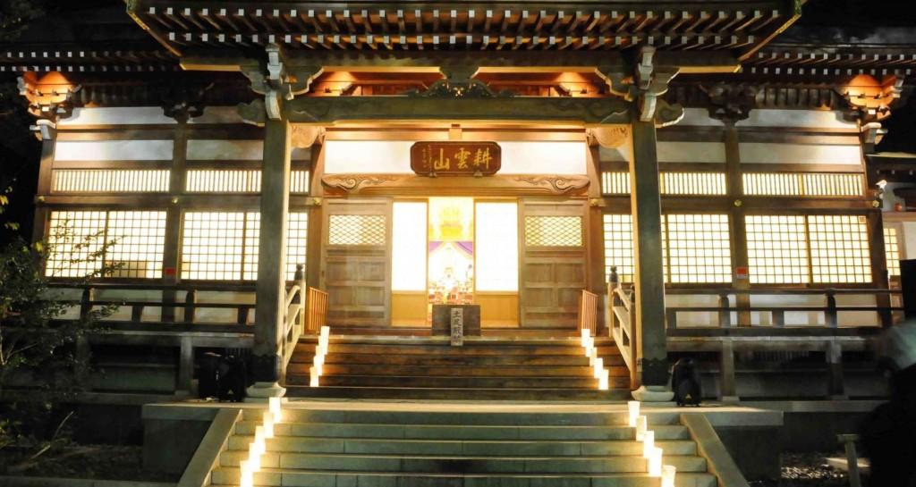 本堂への階段には、和紙で作られた行燈が並び、ろうそくの柔らかな光に包まれていました。