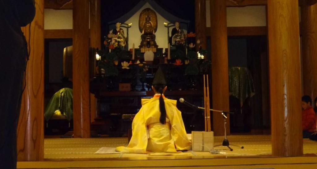 本堂内では伶楽舎に所属する雅楽奏者、田島和枝さんによる笙が演奏されました。