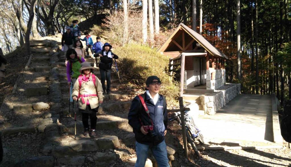 山頂で昼食を済ませ、御岳山へと向かう登山者も多くいて、日の出山頂は人気のスポットです。右手の建物はトイレ。