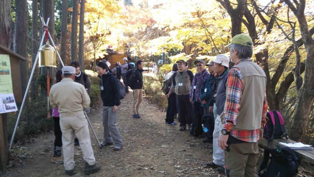 団体のツアー客もあり、東雲山荘の見学などもにぎわった。