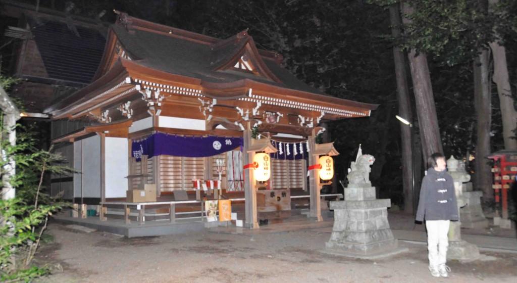 夜半の強風のため、国旗やかがり火が外された社殿
