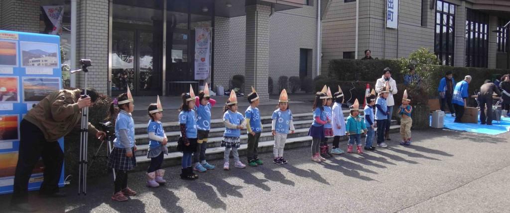フリーステージで飛び入り参加した「森の教室」の園児は、自分たちで染めた絞りの藍染めTシャツを着て出演し、日の出山の会のキャラクターソング「日の出のたけちゃん」を元気に踊りました。