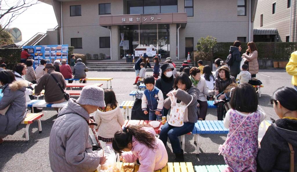 天候に恵まれて暖かな日差しの中で、ピアノの演奏を聴きながら、家族連れで飲食を楽しんでいました。