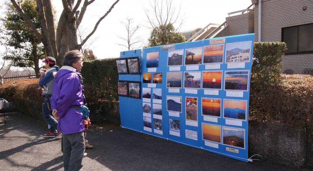 ステージの横にパネルを設置し、日の出山の山頂からの写真を展示しました。