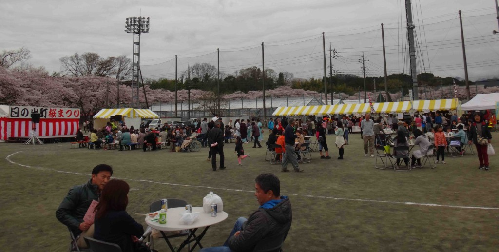 平井川の土手の桜並木に隣接した町民グランドのさくら祭り会場には、模擬店やステージが設置され、曇り空でしたが暖かな日に恵まれ、賑わっていました。