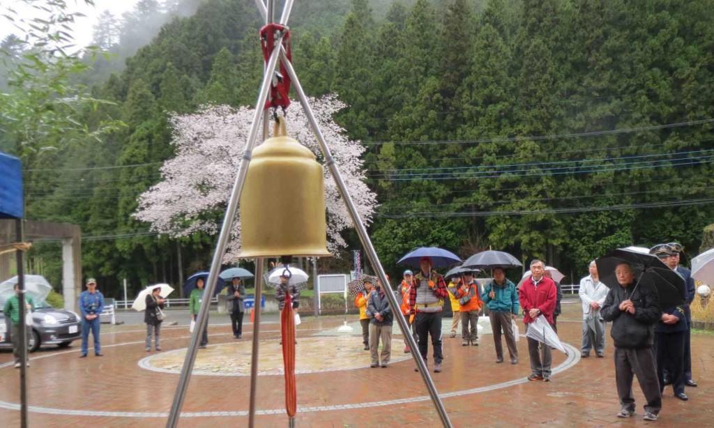 満開の山桜をバックに、日の出山幸せの鐘のお清めと、初たたきによるお清めが行われました。