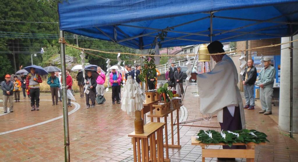 幸神神社の神官による遥拝式のお祓いが、しめやかに行われました。