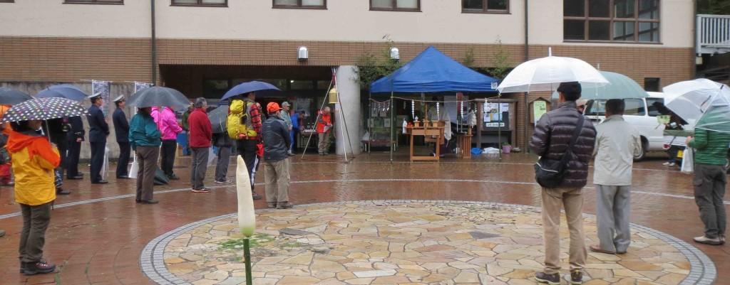 小雨の中、肝要の里の賑わい広場に日の出山に向かって祭壇を設け、山の安全を祈願しました。