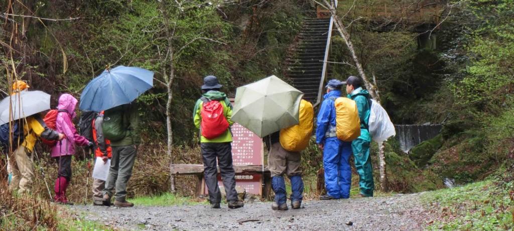 小雨のため、山開き記念登山も危ぶまれていましたが、参加者の希望もあり、装備の充実した人に絞り実施しました。
