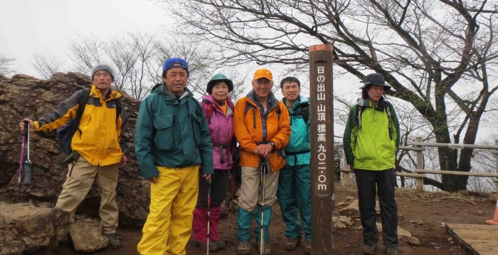山頂の標識は新しく建て替えられました。