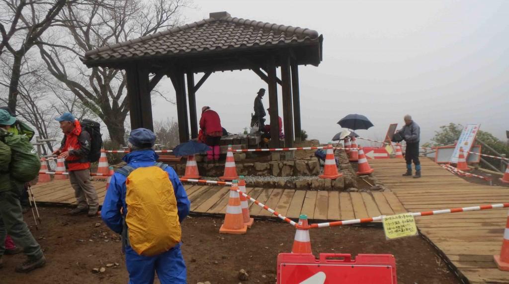 日の出山山頂は現在整備中で、東屋の周辺や中段の周回路、東雲山荘の外壁などの改修などが行われています。