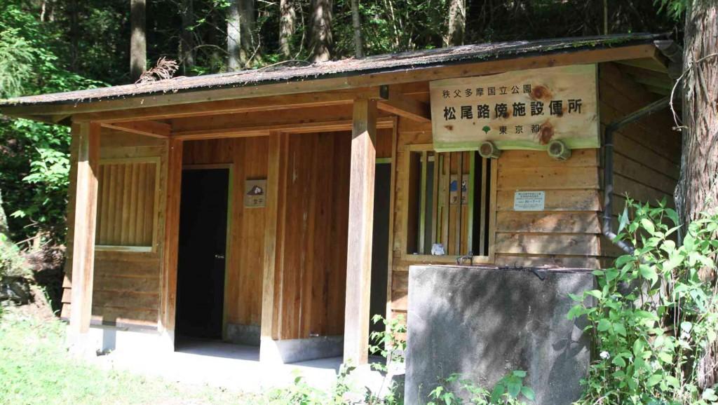 白岩の滝登山口に有るトイレは、山のトイレとしてはわりときれいで、これから山に入る人にとっては、とてもありがたい。大切に使おう。