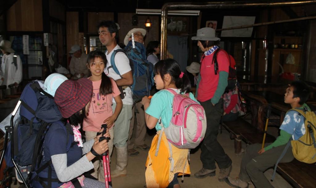 頂上直下の東雲山荘の見学。夏休みにお泊り会ができたらいいね。