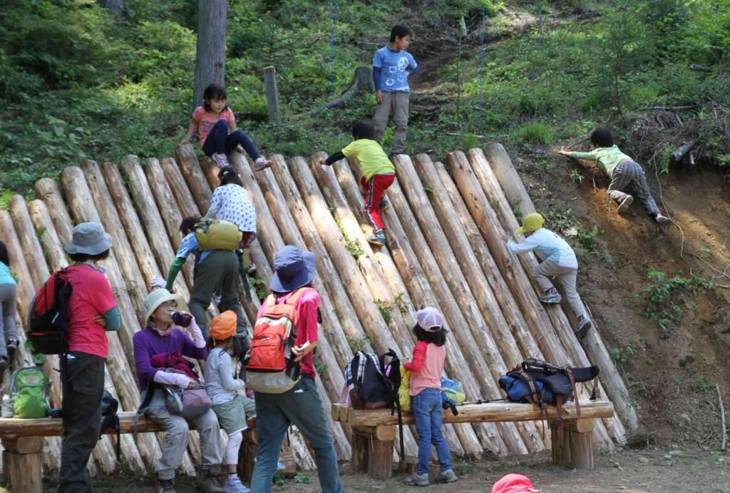 森の教室の子供は元気。水分補給をするとすぐに崖登りが始まり、疲れ知らずだ。