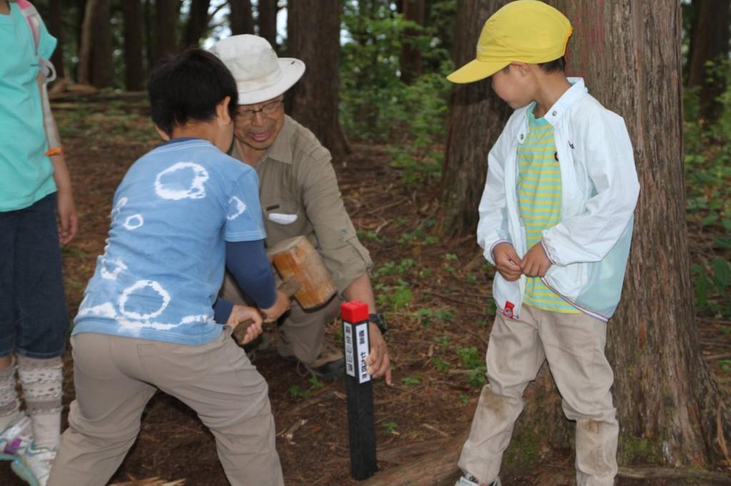 最初のピーク麻生山では、山名と標高を示す杭をみんなで打ち込みました。