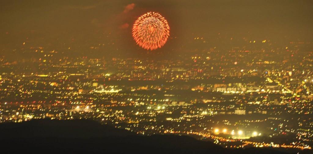午後7時30分。先ずは立川の昭和記念公園の花火が打ち上げられます。