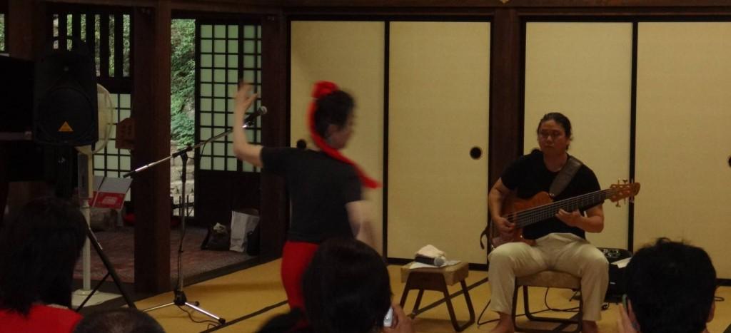 本堂では、7絃ベースギターのジョンカラ節に載せて、将門伝説の舞などが演奏されました。