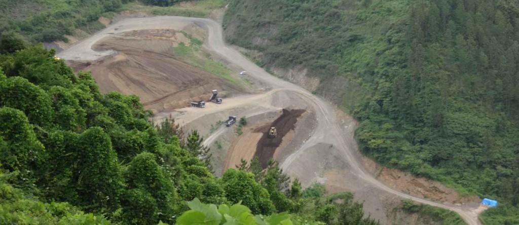 ろんでん尾根の北側は、太平洋セメント傍系の砕石掘削跡地。現在は自然環境復帰のための埋め戻し中。