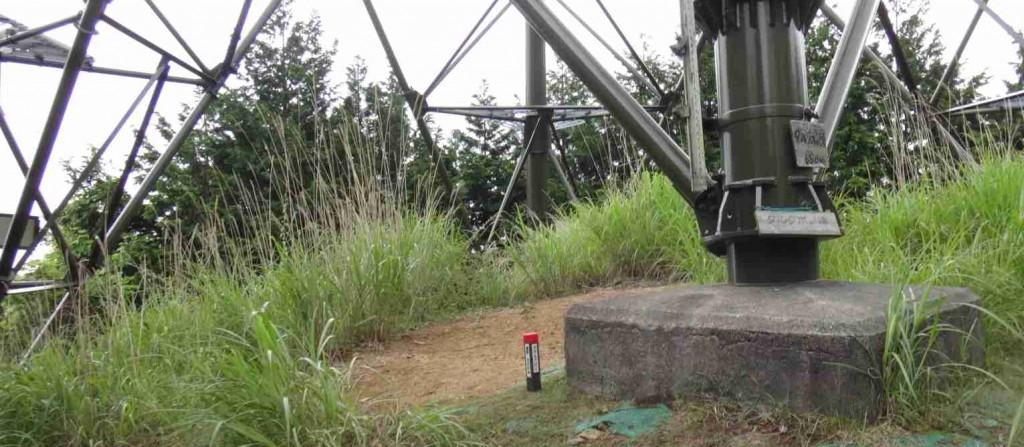 樽窪の峰は麻生尾根(現在は金毘羅尾根と通称)の送電線鉄塔の有る山頂だが、登山道は巻道を辿るため、登る人は少ない。樽窪の樽は滝を表し、白岩の滝の有るタルクボ沢の水源の山だ。