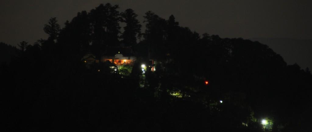 真西に見える御岳山も、夜のとばりに閉ざされて、御岳神社の明かりが輝いて見えます。