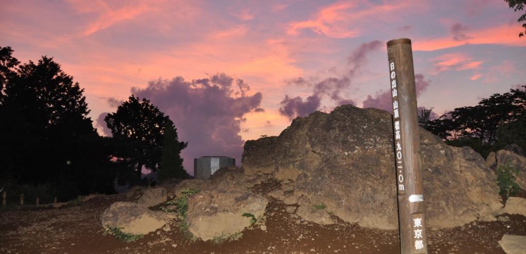 山頂は人気が無くひっそりとしていて、雲があかね色に染まっていました。