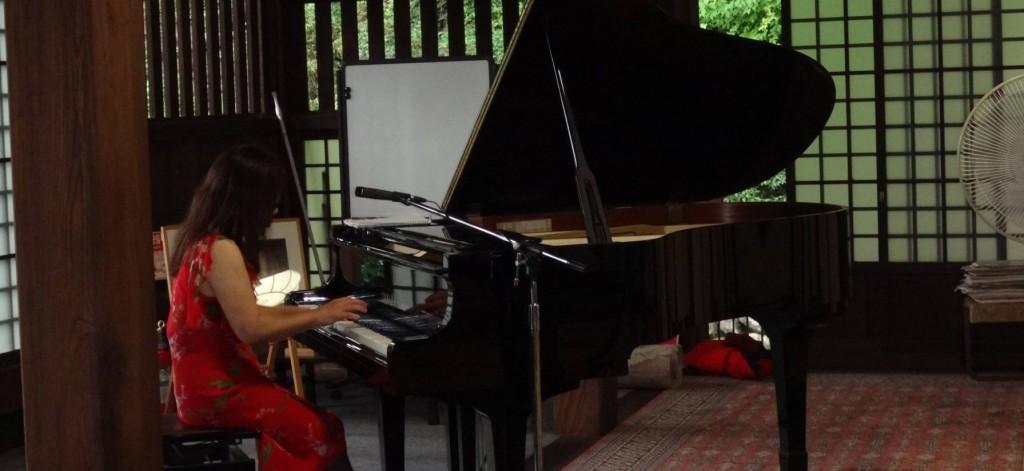 現在の本堂と庫裏は昭和59年に焼失し古さを再現する手法で再建されたものです。本堂には、立派なグランドピアノが備えられています。
