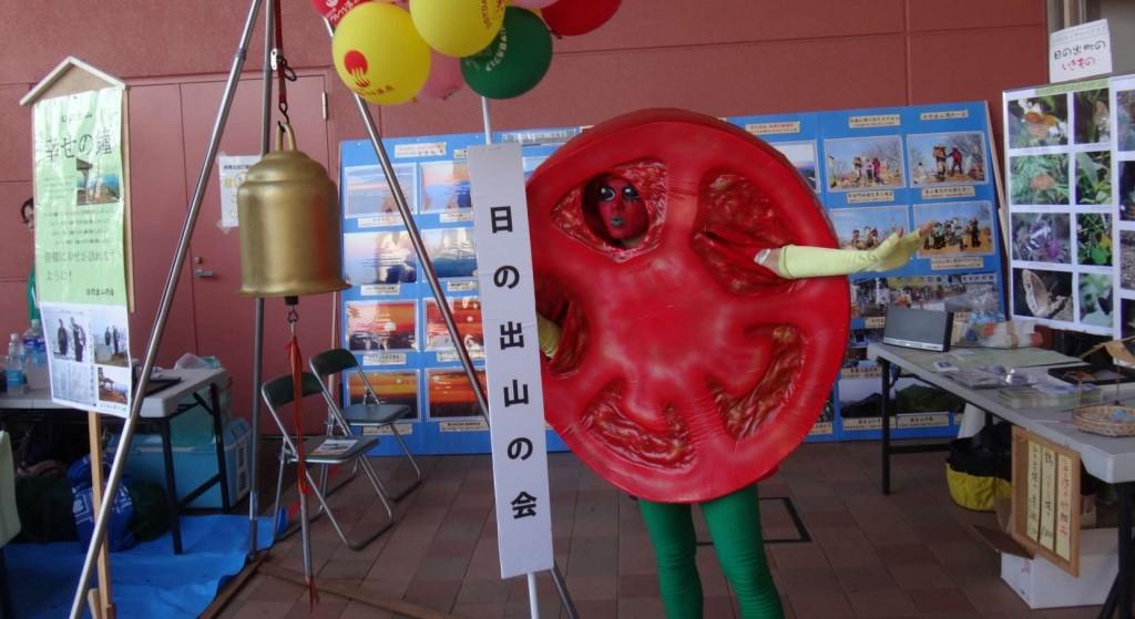 杉並区からは完熟トマトのトマトマンが応援に駆けつけてくれ、日の出トマトとトマトを練りこんだ赤いうどんの応援をしてくれました。