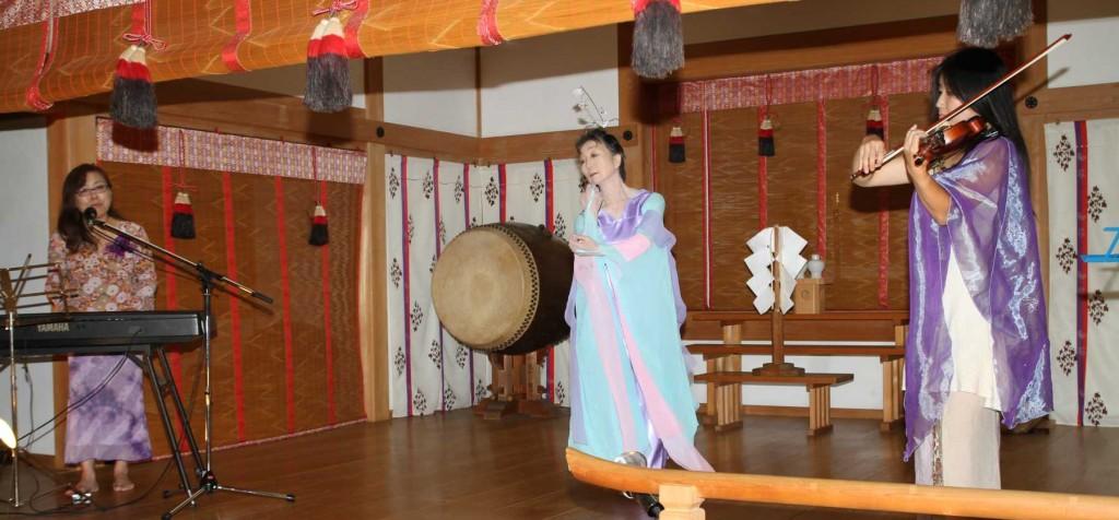 レンゲショウマ祭りのメインテーマの、レンゲショウマの花の精の舞が、シンセサイザーとヴァイオリンをバックに、レンゲショウマの歌に載せて舞われました。
