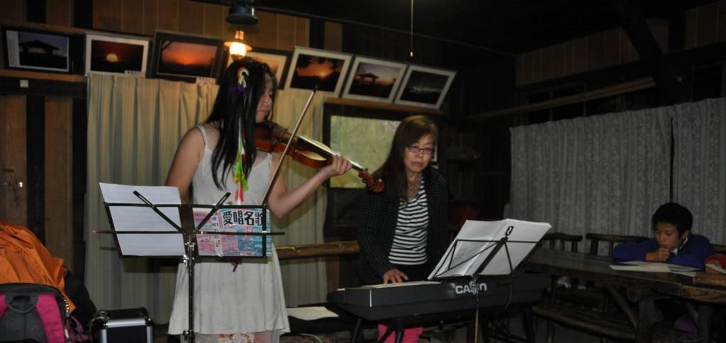 薪ストーブの温かさにより、適度に酔いも回りシンセサイザーとヴァイオリンのたおやかな音色に、歌声も弾む。