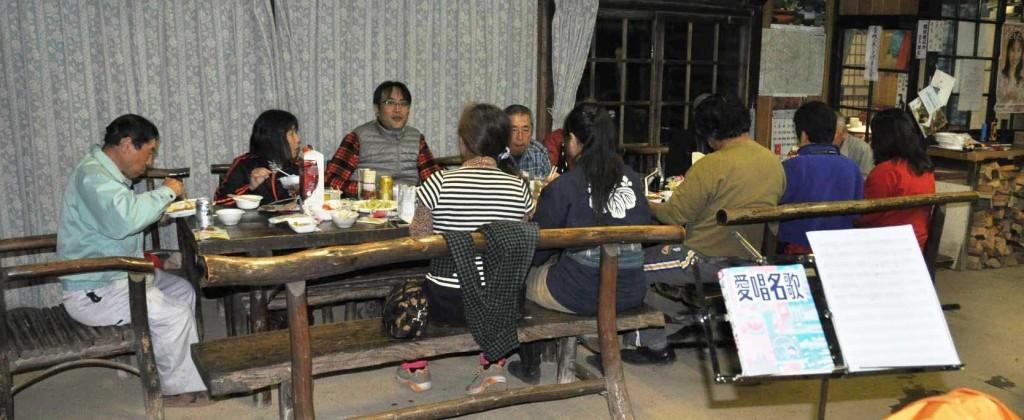 テーブルとイスは丸太をそのまま使って自然の曲線を生かした古色蒼然としたもの。平成25年の秋に、浩宮皇太子がこのイスとテーブルで昼食をとられた。