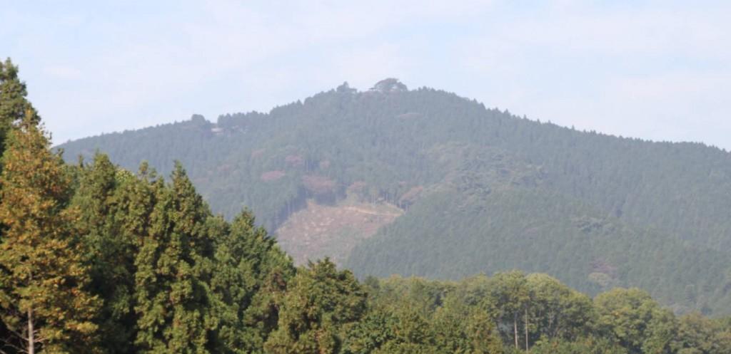 ここ待て来て初めて日出山の三町が見える。山頂の東屋から左へ尾根をたどると、今夜の宿泊地の東雲山荘が見える。
