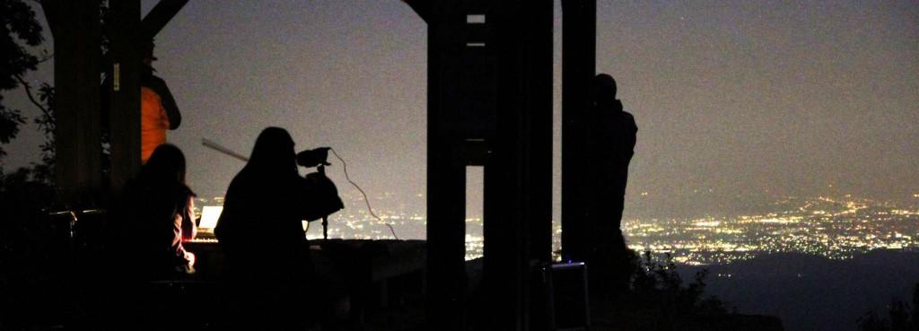 山頂の東屋では、おぼろに霞む都会の灯を眺めながら、シンセサイザーとヴァイオリンによる星空コンサート。
