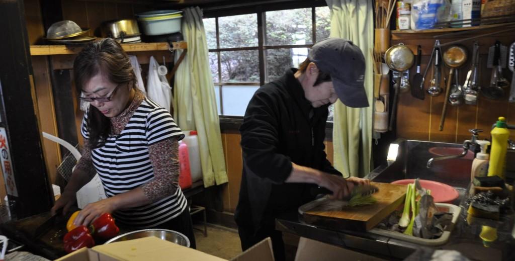 東雲山荘は素泊まり専門で、食事は自炊だ。手ごろな炊事場があり、料理や飲料は管理人さんが麓の水道水を運び、洗い物は雨水をためて使っている。