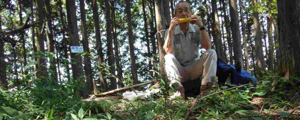 目的のミッション終了。人気のない山頂で甘い秋留台トウモロコシを頬張り一休み。