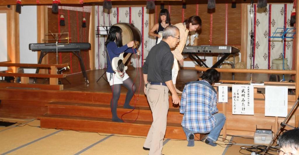 山頂広場の野外コンサートは雨のため中止して、御岳山神社の神楽殿にての、屋内コンサートに切り替えました。